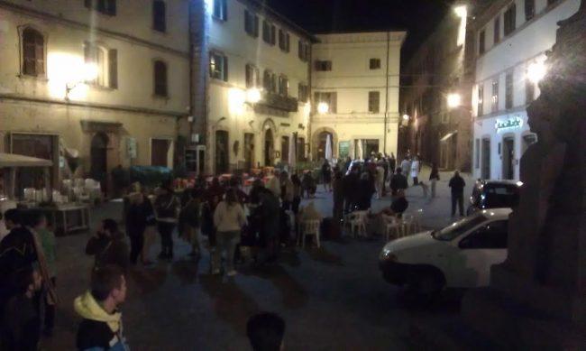 Tantissima gente in piazza a San Ginesio dopo il terremoto