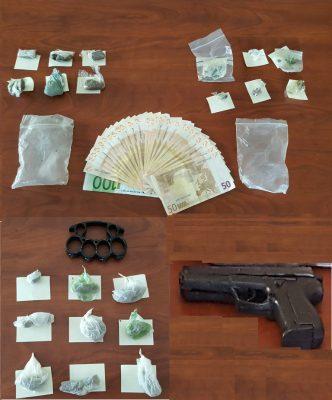 Il denaro, la droga e la pistola giocattolo sequestrati a casa del 18enne