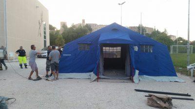 La protezione civile sta montando le tende per ospitare gli sfollati a Ripe San Ginesio