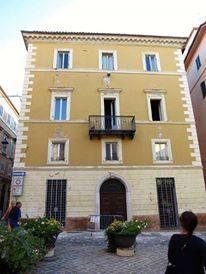 I detriti caduti in piazza Garibaldi a Camerino