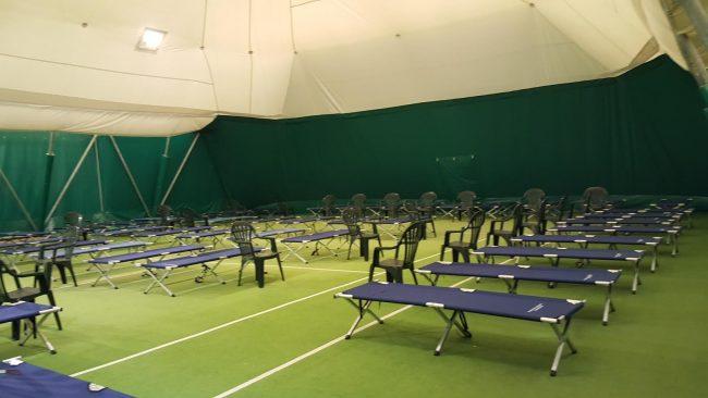Il tendone del tennis per l'accoglienza a San Severino sarà aperto anche stanotte
