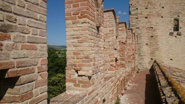 La merlatura danneggiata al castello della Rancia