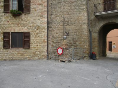 La cuspide della torre portata a terra perchè a rischio crollo