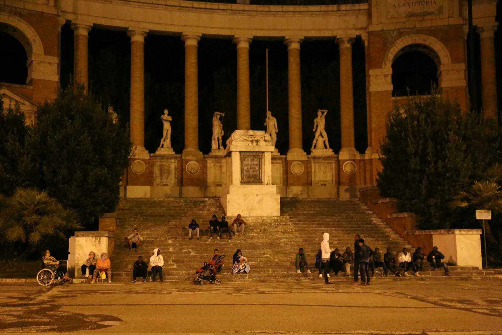 Tanta gente al Monumento dei caduti (foto di Andrea Petinari)