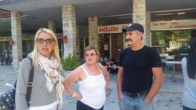 A sinistra l'assessore Patrizia Serafustini insieme a Francesca e Fabio Troiani, titolare della macelleria
