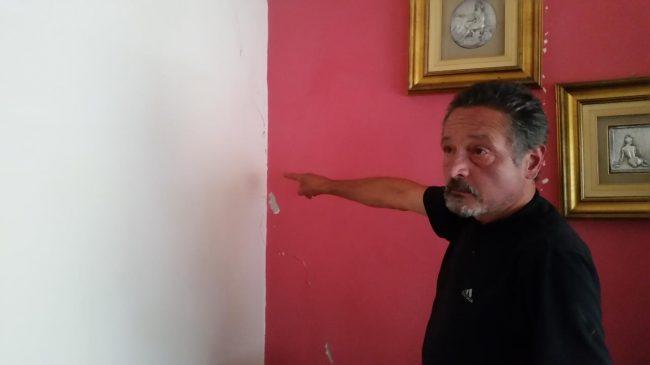 Silvestro Sebastiani mostra le lesioni nel suo appartamento