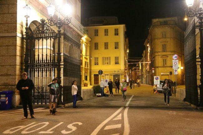 terremoto_macerata_collevario_gente_in_strada (3)