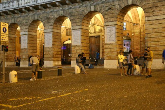Genti in piazza a Macerata alle 4,20
