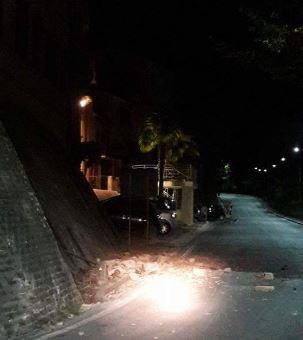 Il crollo del cornicione dell'ex ospedale a Urbisaglia