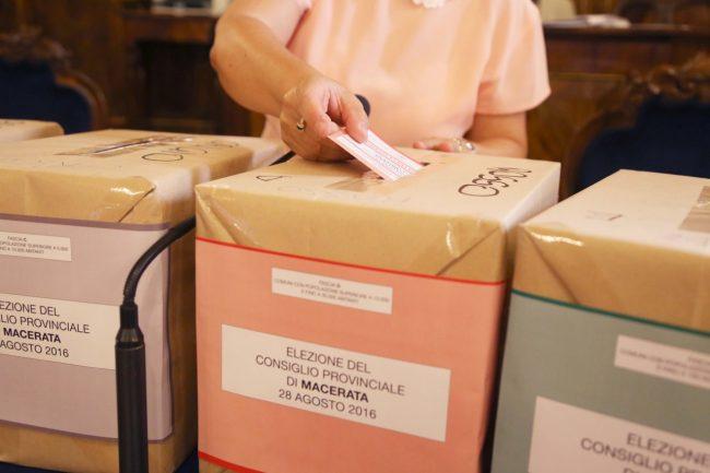 votazione presidente della provincia di macerata 2016 foto ap (11)