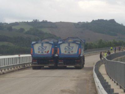 Prova di carico sul viadotto di Castreccioni. I due autocarri sono stati posizionati in corrispondenza dei piloni lesionati