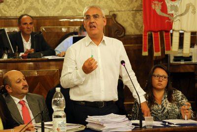 Il sindaco Romano Carancini durante Il Consiglio comunale sul Parksì
