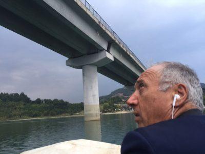 Filippo Saltamartini, sindaco di Cingoli, in barca nelle vicinanze del viadotto danneggiato