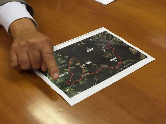 """L'avvocato Claudio Netti mostra una possibile viabilità """"panoramica"""" alternativa al viadotto"""