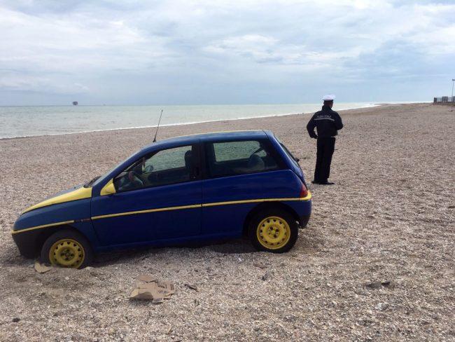 L'auto finita in spiaggia