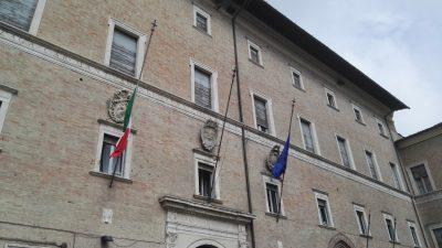 bandiera-mezza-asta-prefettura-macerata-1