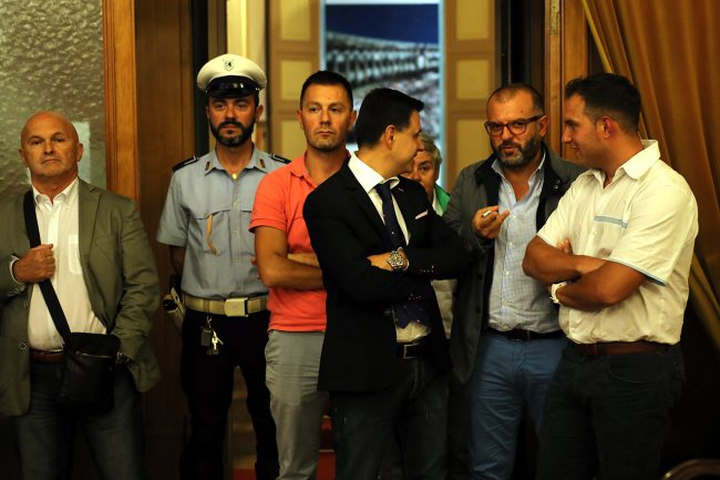 Gran parte dell'opposizione è uscita dall'aula al momento del voto