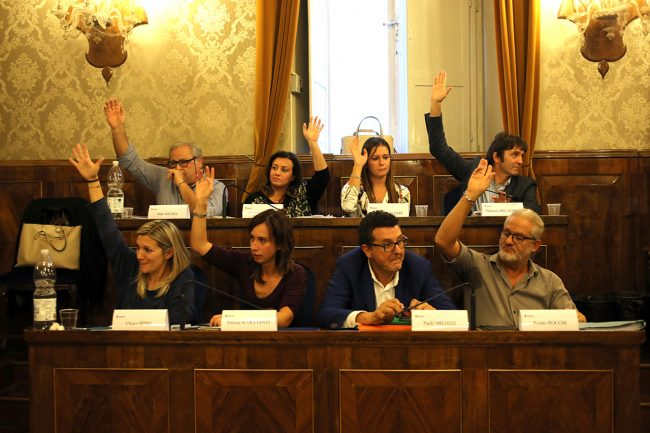 Il momento della votazione tra i banchi del Pd