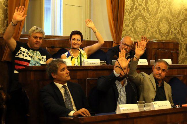 Nel Pd tutti favorevoli tranne Bruno Mandrelli (ha votato no) e il segretario Paolo Micozzi (astenuto)