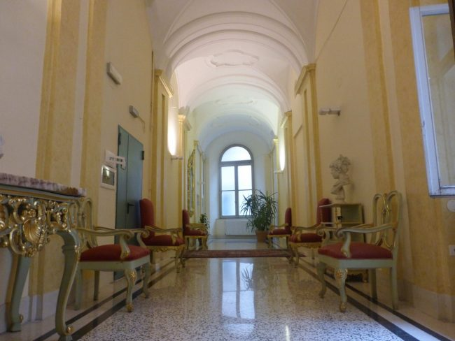 provincia-palazzo-Macerata-corridoio-e-ingressoP1080293-650x488