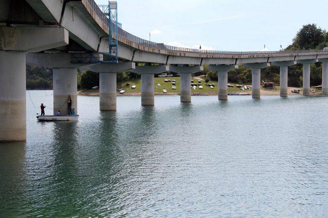 Il viadotto del lago di Cingoli. Sono tre i piloni lesionati della struttura