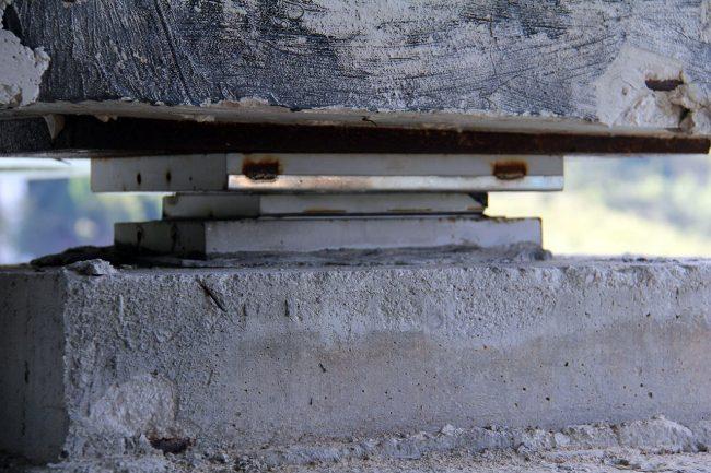 Uno dei dispersori sismici sui quali il ponte si appoggia ai piloni. La loro errata installazione ai tempi della costruzione del viadotto ha causato una particolare distribuzione dei pesi che ha lesionato tre piloni