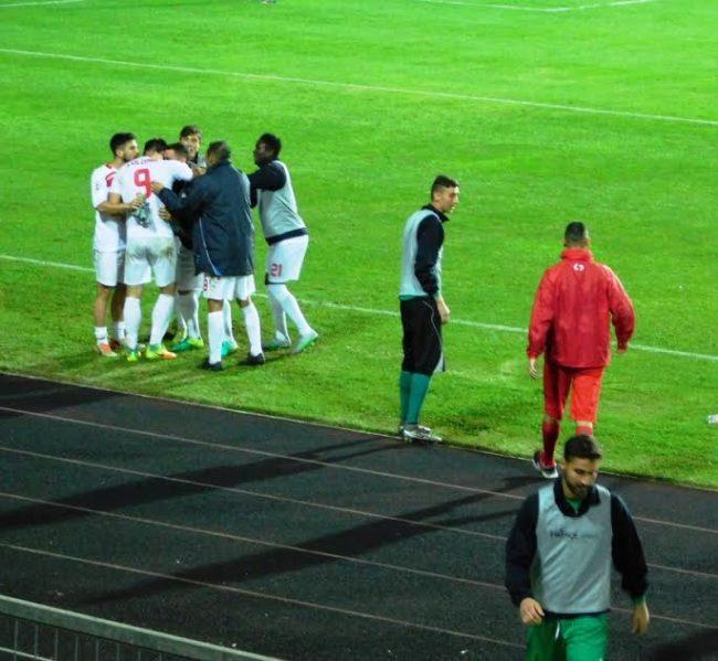 Matteo Colombi abbracciato dai compagni dopo il gol di Gubbio
