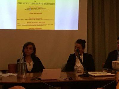 Da sinistra Monica Olioso, vedova di Max Fanelli, e la deputata Lara Ricciatti