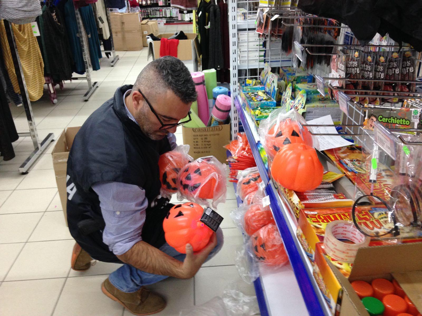 Pontedera, in vendita prodotti illeciti per Halloween: sequestrati oltre 75mila giocattoli