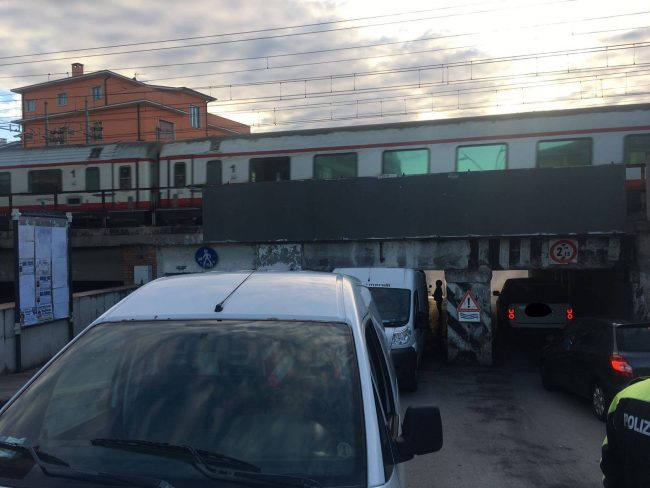furgone_incastrato_sottopasso_civitanova-1
