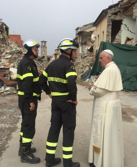 Papa Francesco parla con i vigili del fuoco ad Amatrice