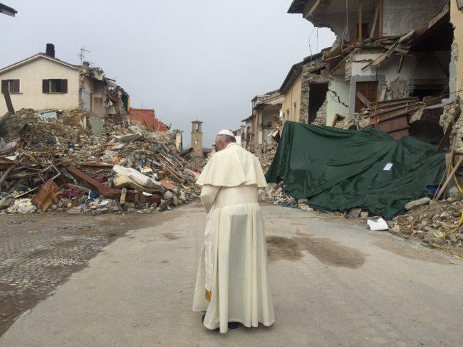 Papa Francesco tra le macerie