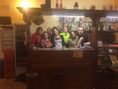 Silvia Fronzi con lo staff del Vecchio Mulino