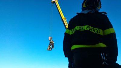 Loro Piceno, l'intervento dei vigili del fuoco per la campana caduto sul municipio
