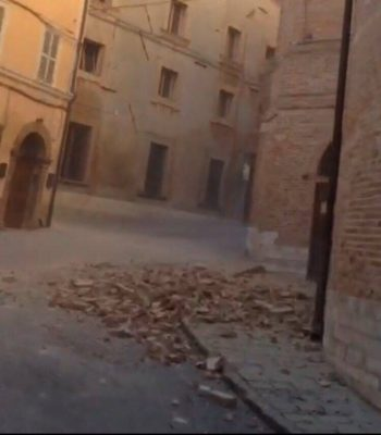 I crolli a Camerino subito dopo la scossa delle 7,40