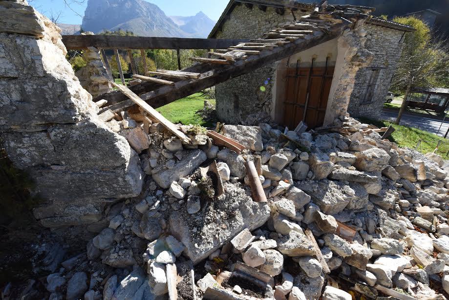 Terremoto, forte scossa 6.1. Epicentro a nord di Norcia: gente in strada