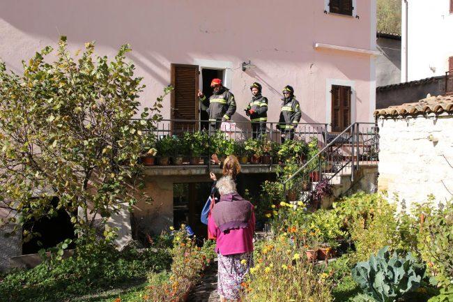 Il caposquadra dei pompieri Maurizio Nensor entra nelle case per recuperare medicinali e effetti personali dei residenti