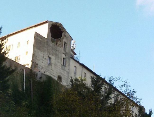 terremoto_26ottobre_caserma_carabinieri_camerino-650x492
