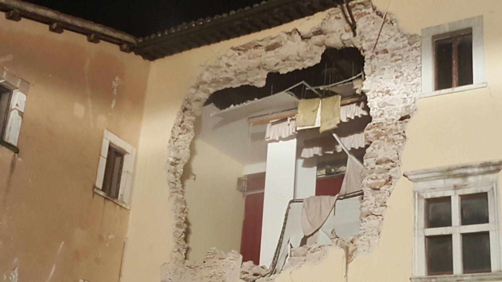 Terremoto, crolla una casa a Camerino:'Ho rischiato di morire'