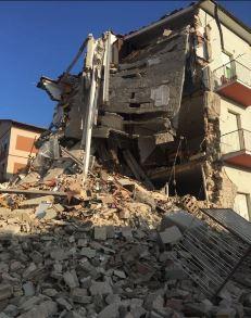 La palazzina crollata a Tolentino