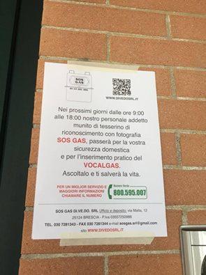 I volantini affissi sulle mura delle abitazioni a Tolentino