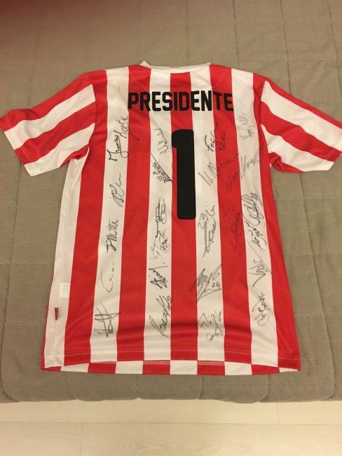 La maglia regalata dalla squadra al neo presidente Spalletta