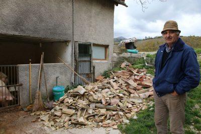 Lamberto Sbardellati nella sua proprietà ad Aschio, colpita dal terremoto