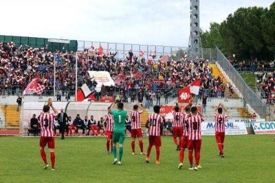 I tifosi del gruppo Macerata 40+ vicini alla popolazione di San Severino