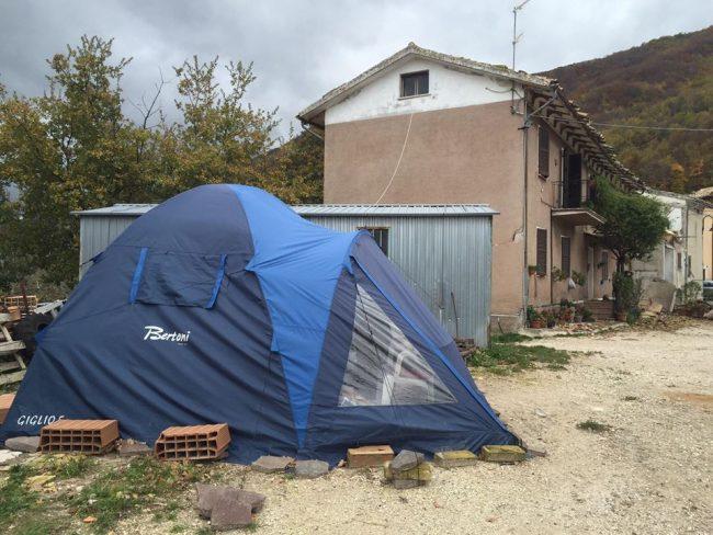 La tenda dove dormiva l'allevatore fino a pochi giorni fa