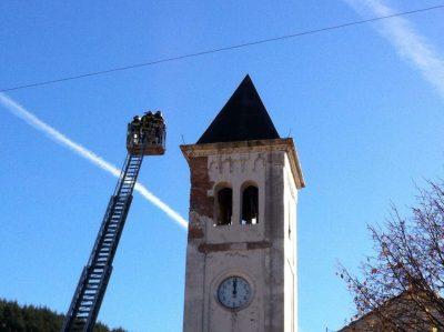 Il campanile di Bolognola danneggiato dal sisma
