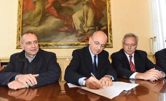 Guido Perosino di Quadrilatero firma la convenzione per la rotatoria all'uscita della SS77