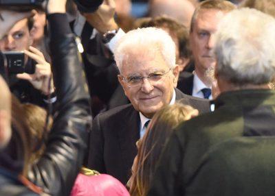Il presidente Mattarella tra la folla