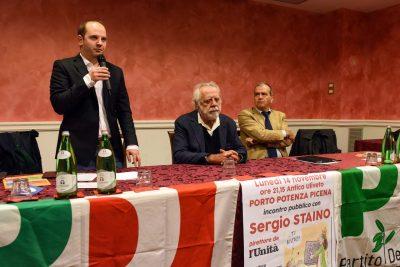 A sinistra, in piedi, il coordinatore del comitato locale del Pd, Enrico Garofolo