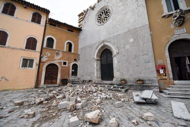 terremoto-zona-rossa-piazza-visso-FDM-10-650x434
